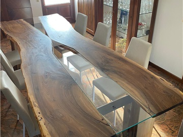 tavolo in noce con inserti in vetro
